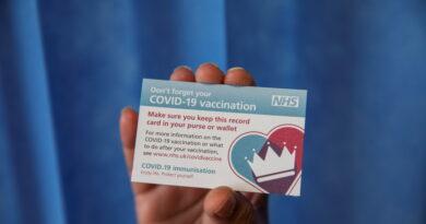 Un usuario de TikTok promociona certificados de vacunación falsos por 6 dólares y desata preocupaciones